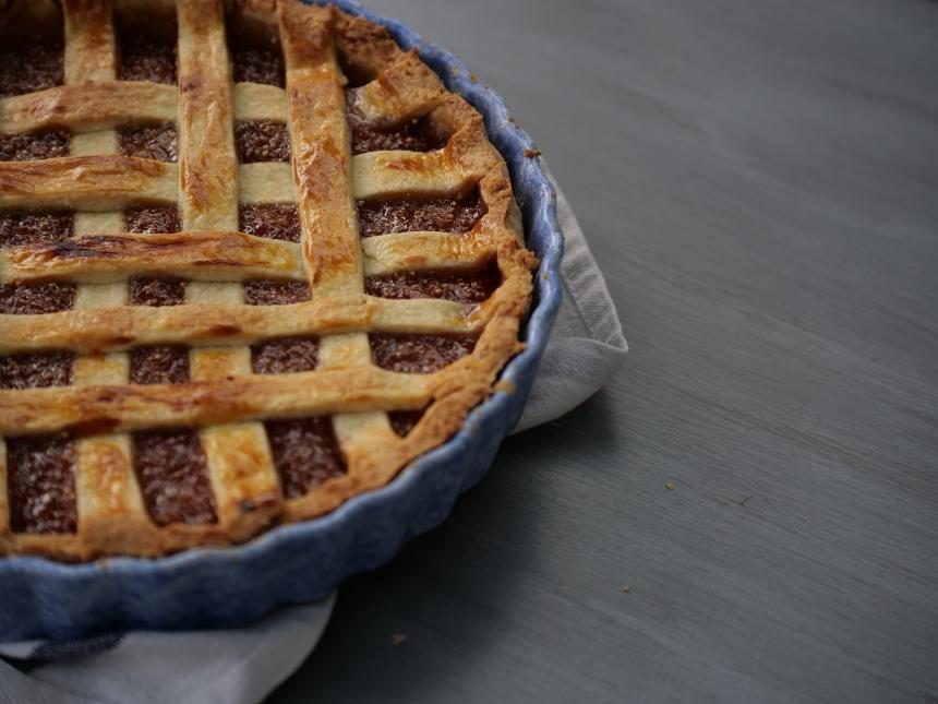Une belle tarte aux figues sortie du four avec des croisillons