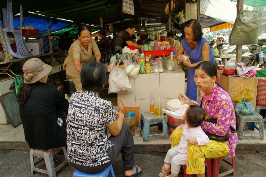 Les petits tabourets de l'Asie du Sud Est ! Il vaut mieux ne pas être trop grand !