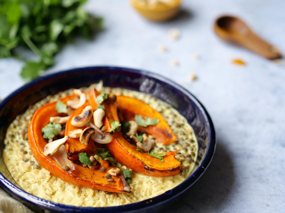 Assiette végétarienne avec de la courge potimmaron rôti, de la coriandre et des noix de cajou grillées