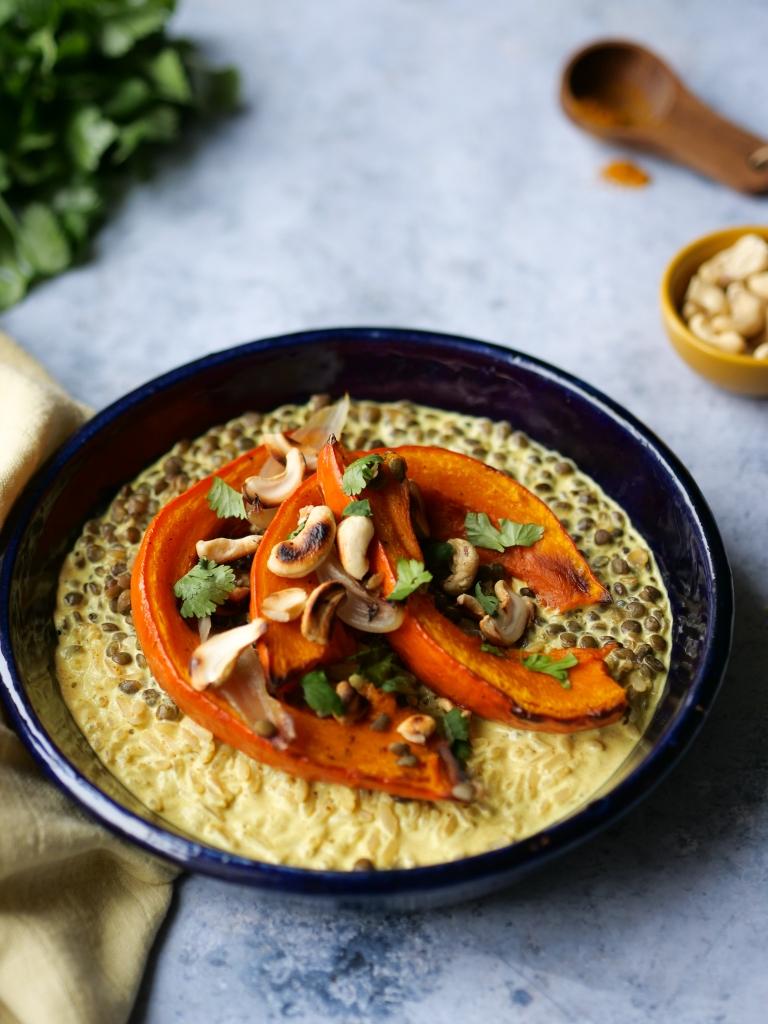 Assiette de riz, lentilles, courges rôties, noix de cajou grillées,  coriandre, lait de coco et épices ! De quoi se réchauffer !