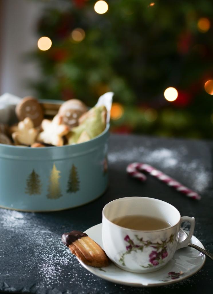 Esprit de Noël avec tasse de thé et boîte à gâteaux de sablés viennois.