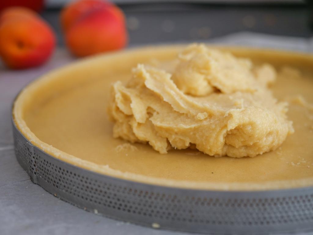 Crème d'amande crue déposée sur le fond de tarte
