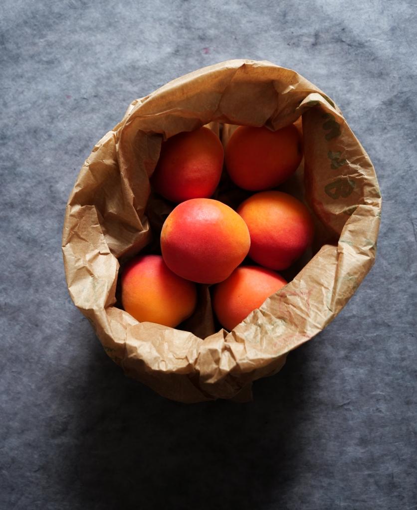 Sac à papier rempli d'abricots
